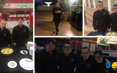 Auxiliares de camareros en la cenaInvestIndustrialen PortAventura